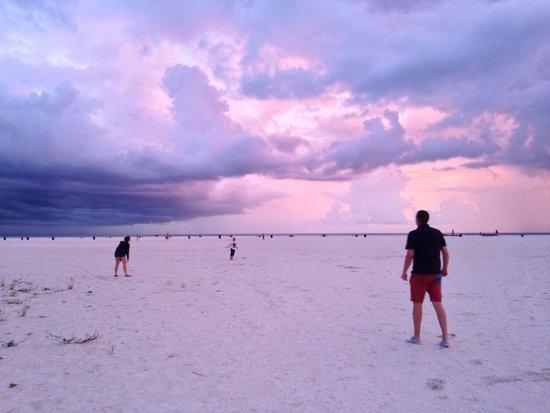 Bilmar Beach Resort: Playing frisbee at sunset outside the Bilmar