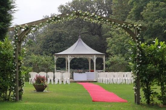 Farnham House Hotel: garden gazebo for wedding ceremony