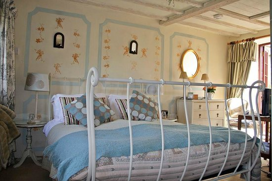 Ednovean Farm: A pretty en suite bedroom with faux painted wall
