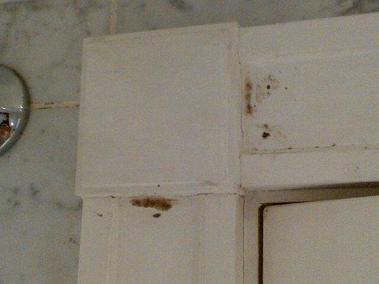 Millennium Hotel London Mayfair: Door Frame in Bathroom - mildew