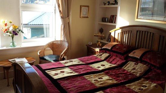 """Struan House: double bed in room """"Arran"""""""
