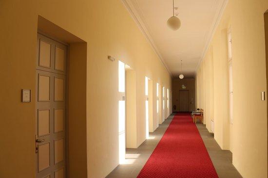 Gästehaus im Priesterseminar Salzburg: de gang met de hotelkamers
