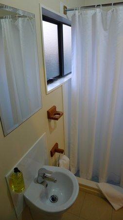 Adventure Lodge & Motel: Bathroom