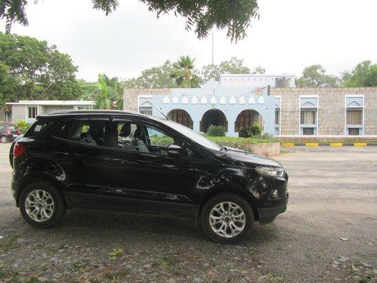 Hotel Mayura Bhuvaneshwari Kamalapur: View of Hotel entrance from parking lot