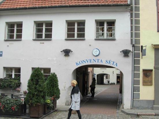 Konventa Seta Hotel: Вход на территорию от церкви Св.Петра