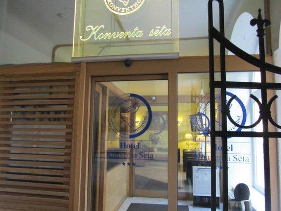 Konventa Seta Hotel: Вход в отель
