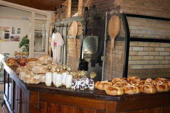 Coucy-le-Chateau-Auffrique, France: four à bois et nos produits maison