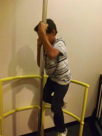 Glazer Children's Museum: Fireman's pole!