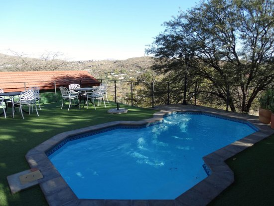 Small swimming pool in nice garden picture of hotel thule windhoek tripadvisor for Nice hotels with swimming pool