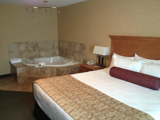 Best Western Sicamous Inn: Suite with jacuzzi