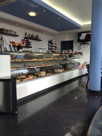 Pastelaria Boutique Lido: Display of goodies