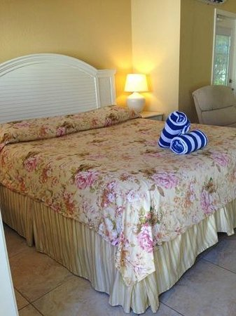 An Island Getaway at Palm Tree Villas: bed