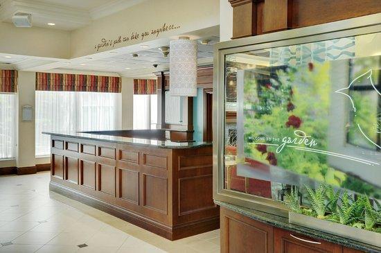 Hilton Garden Inn Toronto / Burlington: Main front desk
