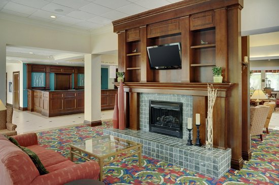 Hilton Garden Inn Toronto / Burlington: Lobby fireplace