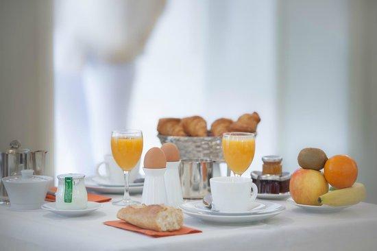 Hotel des Saints-Peres - Esprit de France: Breakfast / Le petit-déjeuner