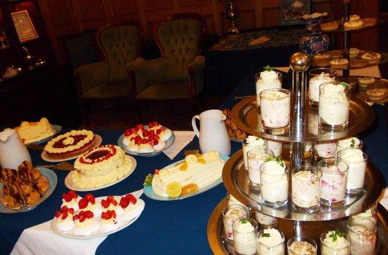 Duke of Gordon Hotel: Sweet table Buffet evening