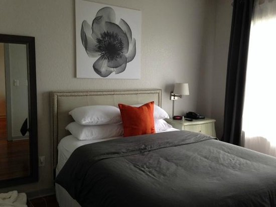 Artisan Downtown: comfortable bed, pillows, bedding