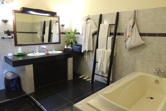Bali Paradise Hotel Boutique Resort: large bathroom