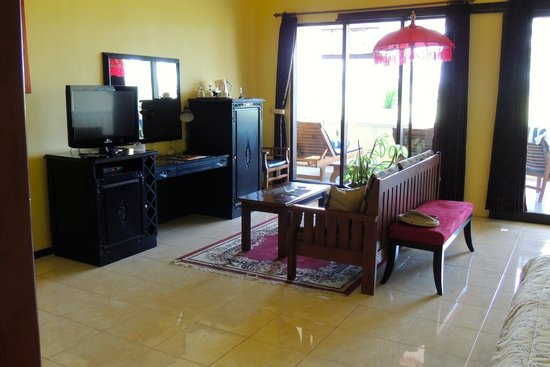 Bali Paradise Hotel Boutique Resort: living area in room