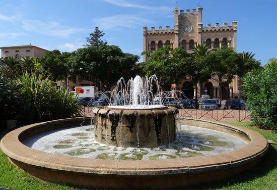 Port Ciutadella: Plaza fountain and Town Hall