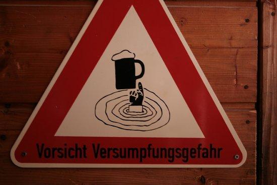 Ohlstadt, เยอรมนี: ein wichtiges Hinweisschild in der Hütte ;)