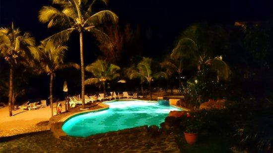 Hibiscus Beach Resort & Spa: Piscine cliché de nuit.
