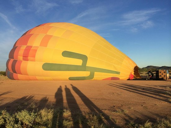 Hot Air Expeditions : watching our balloon inflate