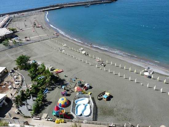 Laqua Charme & Boutique: View of the beach located directly down the mountain from the hotel