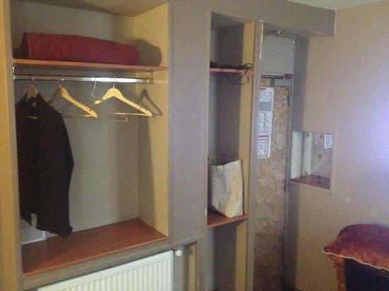Modern's Hotel : miroir suspect