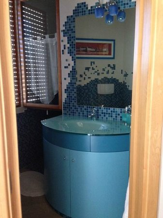 Vicolo Corto: Dietro il lavandino c'è la doccia