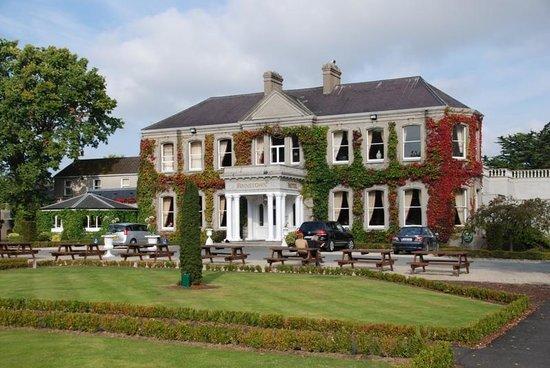 Finnstown Castle Hotel: Full front view