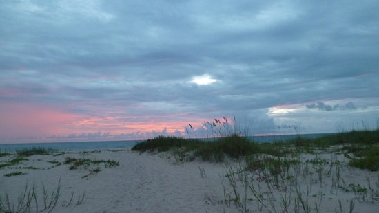 The Caribbean Court Boutique Hotel: Sunrise from beach