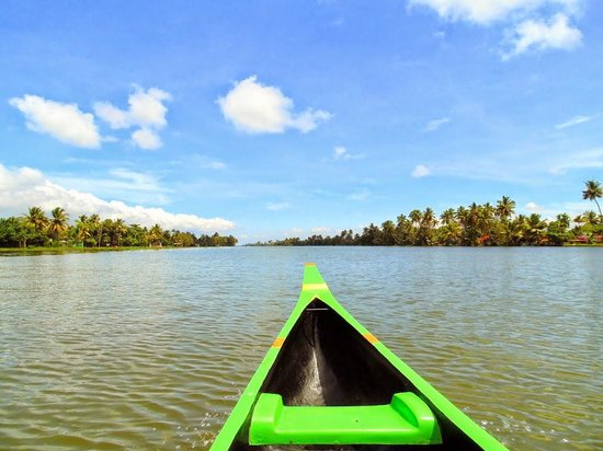 Eco Trails Kerala : A ride in a Canoe through the backwaters.