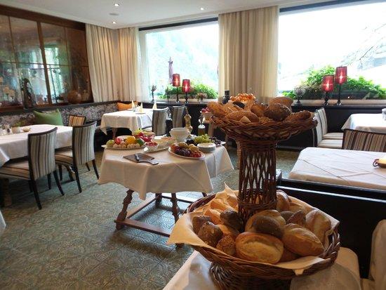Hotel Arlberg Stuben: The breakfast buffet - great selection! (So sad we missed dinner here.)