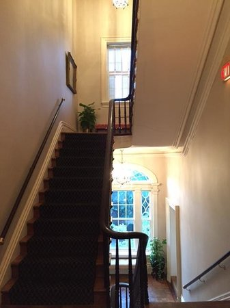 John Rutledge House Inn: Main house's staircase up to rooms