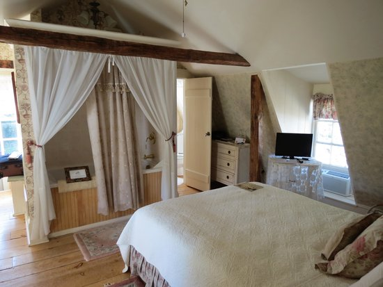 Deacon Timothy Pratt Bed & Breakfast : Gambrel Bedroom