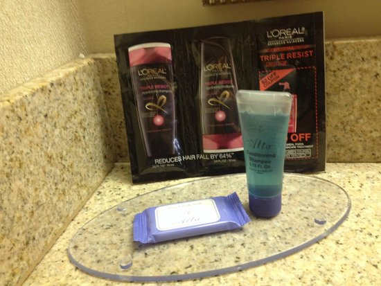 Elizabethan Inn: Bath supplies included shampoo and a hair condition sample pack witha coupon