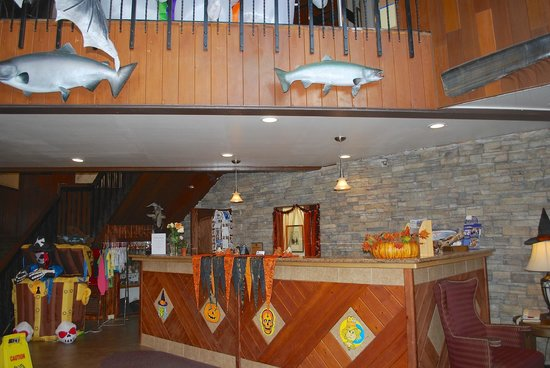 BEST WESTERN Kodiak Inn and Convention Center: lobby welcomes guests with Halloween theme