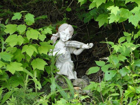 Auberge de la Riviere Saguenay: Statuette sur la plage