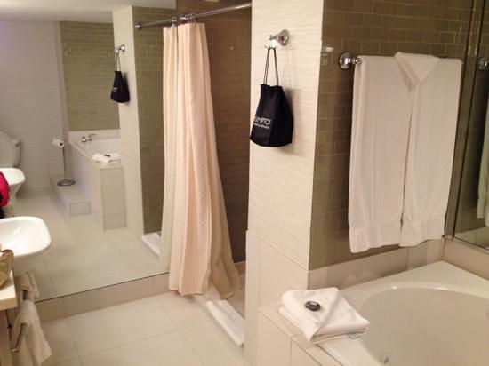 IBEROSTAR 70 Park Avenue Hotel : Huge bathroom in King Premier Room