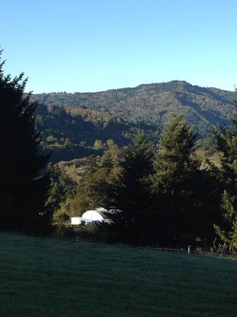 Brookings, Oregón: A beautiful view of the Chetco River Valley to wake up to
