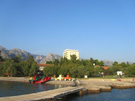 Bluesun Hotel Alan: Strand mit Blick auf das Hotel