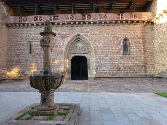 Echaurren Hotel Gastronómico: Eglise d'Ezcaray face à l'hôtel Echaurren