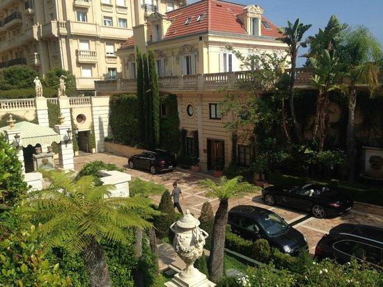 Hotel Metropole Monte-Carlo: Hotel entrance from the pool veranda.
