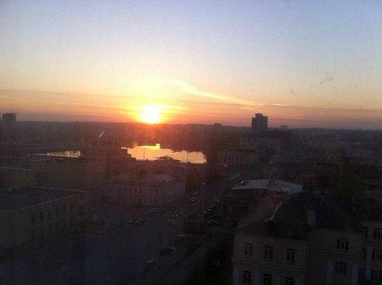 Malahit: Вид из номера на центр города, восход солнца.