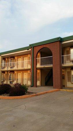 Monett, MO: Building Exterior