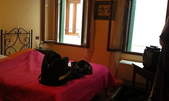 Locanda Barbarigo: Bedroom with two windows