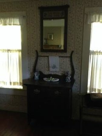 Bird's Nest Bed & Breakfast : Very antique furniture