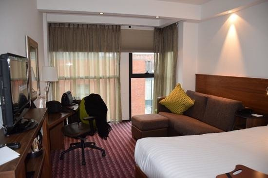 Hampton by Hilton Liverpool City Centre : queen room 423 with sofa bed