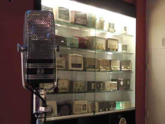 RadioBar Buenos Aires: Parte de la colección de Radios acompañadas del típico micrófono.